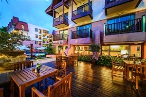 Outdoor dining at Seaview Patong