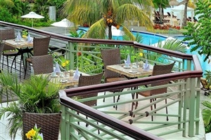 Poolside dining at Le Meridien Ila Maurice
