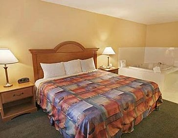 Econolodge Inn and Suites Room 03